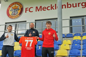 v.l.n.r.: FCM Cheftrainer Stefan Lau, FCM U23 Trainer Robert Porstner und Jan Deters. Foto: Carsten Darsow