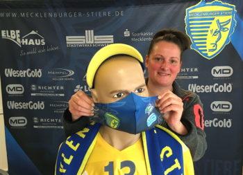 Melanie Kalcher präsentiert den Mund-Nasen-Schutz im Stiere-Look.  Foto: ba