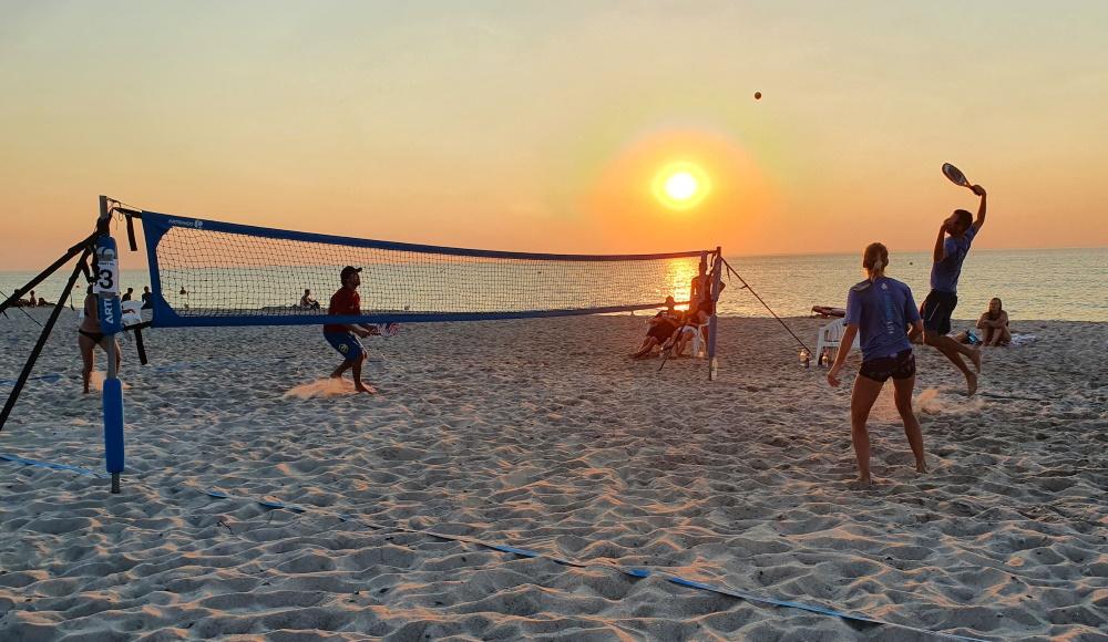 Bis zum Sonnenuntergang wurde im Sand von Dierhagen gefightet. Spielszene aus dem Halbfinale Mixed. Foto: ©  Stephan Rohde