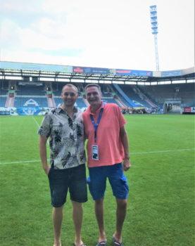 Der Vorsitzende des Landesschiedsrichterausschusses, Torsten Koop (re.), gratulierte Steffen Hösel zu einer tollen Karriere und wünschte ihm persönlich alles Gute.  Foto: VSA LFV MV