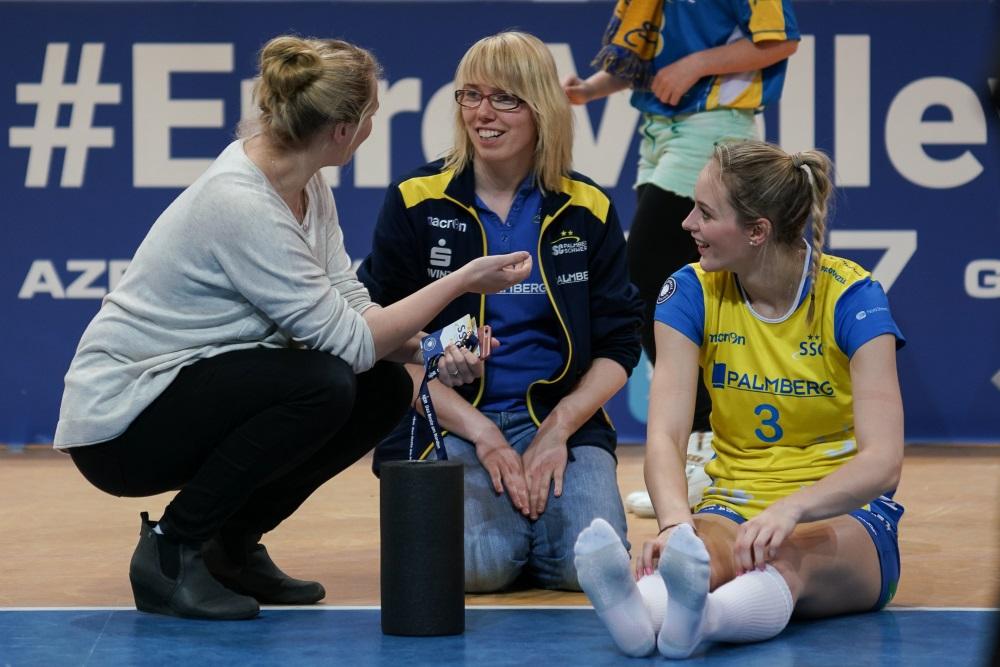 Physiotherapeutin Katja Braun hier mit Ex-SSC-Spielerin Janine Völker und Louisa Lippmann ist für mehr als nur die medizinische Betreuung verantwortlich. Foto: © MidiGrafie