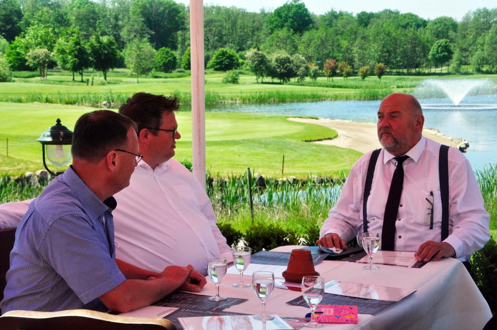 Golfpark Strelasund investiert in die Zukunft | Wirtschaftsminister Harry Glawe überreicht Förderbescheid