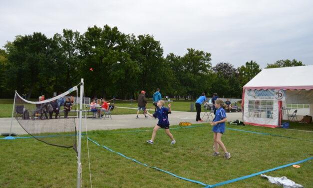 Federball mit Schlosspanorama – AirBadminton-Event rockte