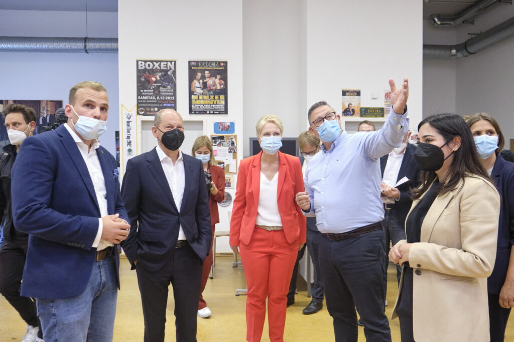 Zu Besuch am Bundesstützpunkt: Paul Döring, Olaf Scholz, Manuela Schwesig, Frank Kleinsorg, Reem Alabali-Radovan